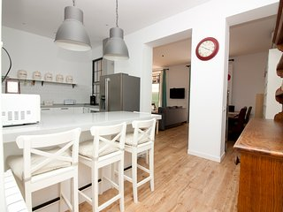 Awesome apartment superbly located up for 10 guest, Madrid