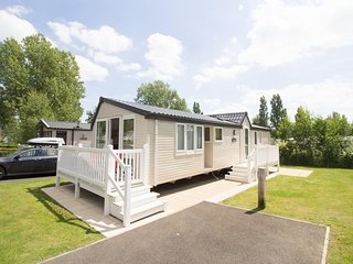 Ref 80017 Birkdale Haven Hopton platinum 6 berth  stunning caravan with decking.