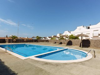 Townhouse 5 mins walk to beach; pool, gym, tennis, Sitges