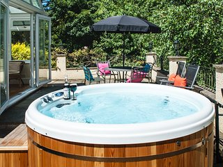 ACORNS with private Hot Tub, SHORT BREAKS, near River Cottage HQ & Lyme Regis.