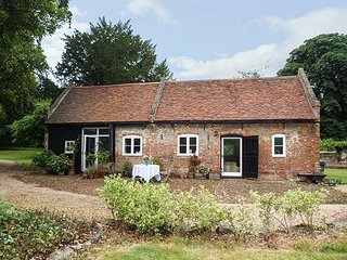 THE STABLES, in grounds of Upnor Castle House, parking, private garden, use of