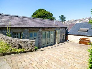 THE STABLES, romantic stable conversion, off road parking, great touring base, in Tideswell, Ref 938517