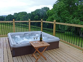 ELM LODGE, Bridgnorth, with hot tub and en suite