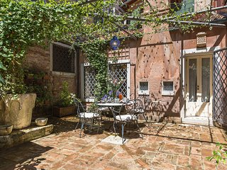 Tintoretto - lovely house with charming private courtyard