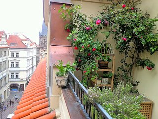 Charles Bridge Apt 74m² with Romantic Balcony, Praga