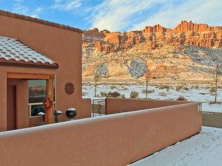 3BR with fireplace, private hot tub, stunning rim views!