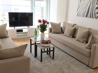 LUXURY! NEW! CENTRAL BERLIN! 4 ROOM 2,5BEDROOM/1,5 BATH, 3 min to subway! HUGE!, Berlijn