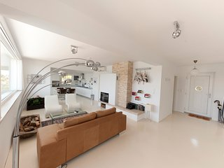 """White House"" luxury seafront appartment, Tisno"