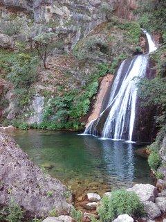 Cascada en Nacimiento del Río Mundo, cercana a la casa
