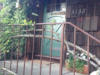 Quiet garden cottage, old world charm in Rockridge, Oakland