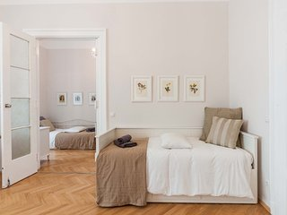 Master bedroom, single bed (80x200cm) that can also be deployed into a queen size bed (160x200cm)