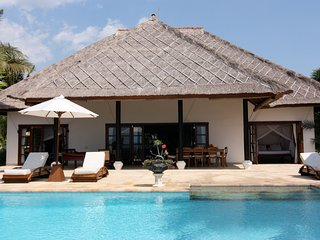 Luxurious Oceanfront villa Lovina with staff, Dencarik