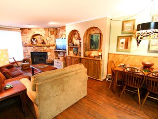 Flagg Mountain Townhouse #9 - In Town, King Beds, WiFi, Washer/Dryer, Red River