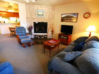 Valley Condos #125 - King Bed, WiFi, Washer/Dryer, Community Hot Tubs, Playground, Creek, Red River