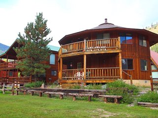 Round Eagle - Unique Home in Town, On the River, Ski In/ Ski Out, Wrap-around Deck, Washer/Dryer, King Beds, Red River