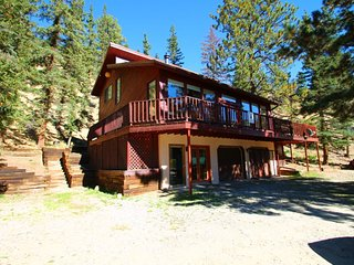 Sunny Bear - Hillside Home, Gorgeous Views, Wrap-around Deck, Fire Pit, King Bed, Washer/Dryer, Red River