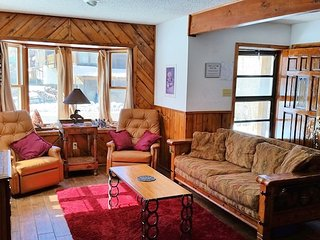 Lady Victoria - Charming Private Home in Tenderfoot, Downstairs Master, Washer/Dryer, Red River