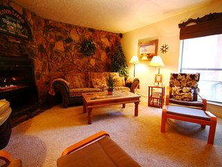 Valley Condos #115 - Huge Condo, King Bed, Jacuzzi Tub, WiFi, Washer/Dryer, Community Hot Tubs, Playground, Creek, Red River