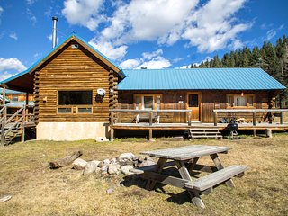 Wiggins` Cabin - Upper Valley Home with River Access, Fire Pit, Satellite TV, Washer/Dryer, Red River