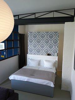 Gut schalfen im 180 x 200 cm großen Bett.