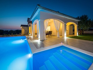 Elegant Villa Sunset Lady