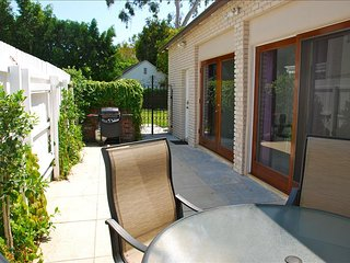 Luxurious Family Friendly NON SMOKING Guest house in Hollywood (2 bdrm/ 2 bth)