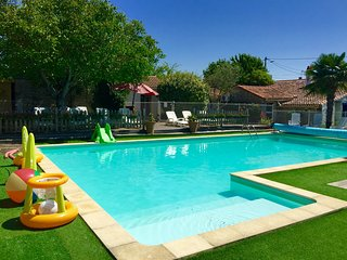 Heated pool, toddler pool, hot tub, sauna, mins to the beach
