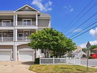 Refreshing 3BR Bayside Norfolk Townhome w/Wifi, 2 Private Balconies & Marvelous Sunset Views - Steps to the Chesapeake Bay! Close to Dining, Willoughby Marina & Major VA Attractions!