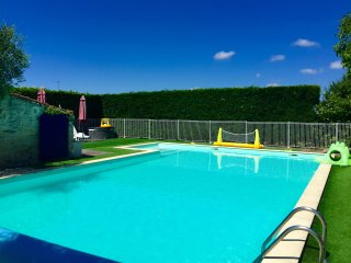 Mins to the beach, fenced/heated main pool, heated toddler pool hot tub & sauna
