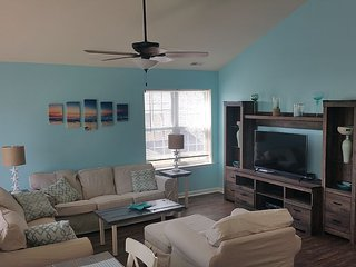 Huge 4BR 2BA Condo 1 Block From The Beach!