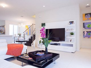 Luxury Modern Vacation Home, 2 Story Townhome, 3BR, 2.5 BA / PARKING