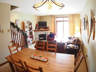 Sun Peaks Trappers Landing 2 Bedroom + Den Townhouse with Hot Tub