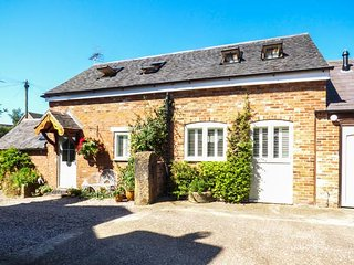 THE OLD SMITHY, romantic retreat with open plan living, patio, quality accommoda