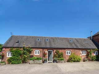 THE MEWS, family friendly, luxury holiday cottage, with hot tub in Hollington, D