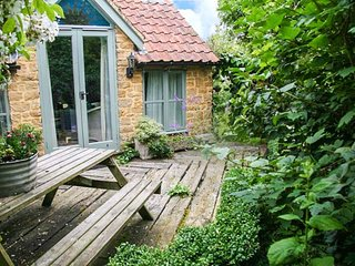 IDLERS COTTAGE, romantic, character holiday cottage, with open fire in South