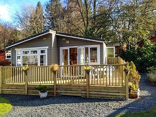 NATURE'S EDGE, pet-friendly, single-storey lodge with on-site swimming pool in