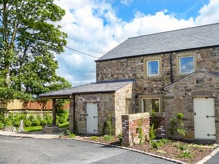 CRUMBLEHOLME, modern features, woodburner, en-suites, hot tub, in Ribchester