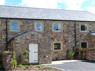 BAILEY COTTAGE, luxury property, modern comforts, woodburner, en-suites, hot tub, in Ribchester, Ref 926656