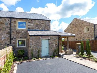 SHERBURNE COTTAGE, quality features, woodburner, en-suites, hot tub, in Ribchester, Ref 926657