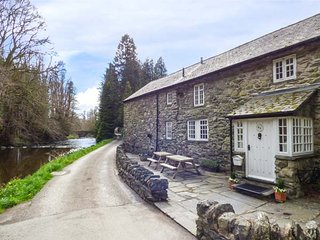 BEATER'S COTTAGE  four poster king-size double, woodurner, on-site swimming pool, sauna, Corwen Ref 926882