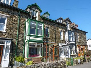 PARKGATE, mid-terrace, Lakeland stone cottage, woodburner, dogs welcome, in Windermere, Ref 931316