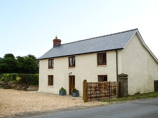 CHERRY TREES spacious and stylish, close to town amenities, enclosed garden, WiFi, in Hay-on-Wye Ref 933756