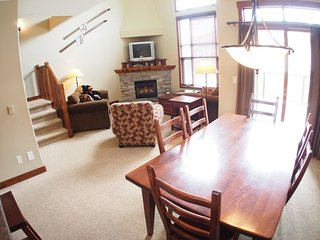 Sun Peaks Trappers Landing 3 Bedroom + Den Townhouse with Hot Tub