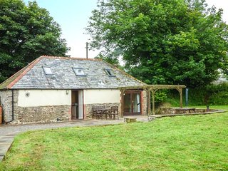 OAK BARN, woodburner, games room, patio area, Bradworthy, Ref 938175