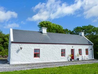 TROUT COTTAGE, all ground floor, close to fishing and golf, stunning countryside views, Waterville, Ref 939633