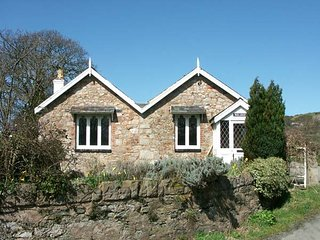 PABO LODGE, pet-friendly, character holiday cottage, with a garden in