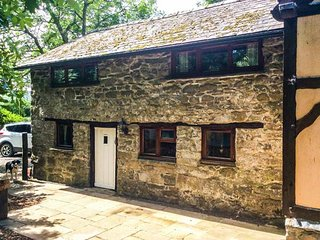 TY GWYN, barn conversion on smallholding, pet-friendly, woodburner, off road parking, in Rhayader, Ref 940757