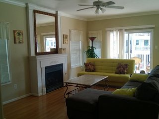 Beachblock Beauty - 4BR/2BA w/garage near RIDES