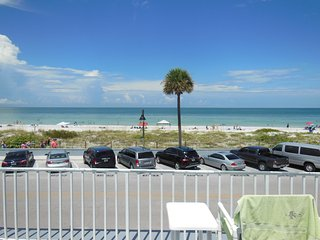Beachside Views Studio Condo Wifi Sleeps 2, Saint Pete Beach