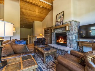 Campfire Mountain Home #9, beautifully remodeled with private hot tub!, Keystone